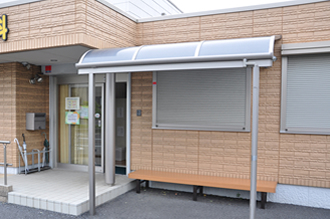 屋根付きベンチ:開院前はこちらでお待ちください。